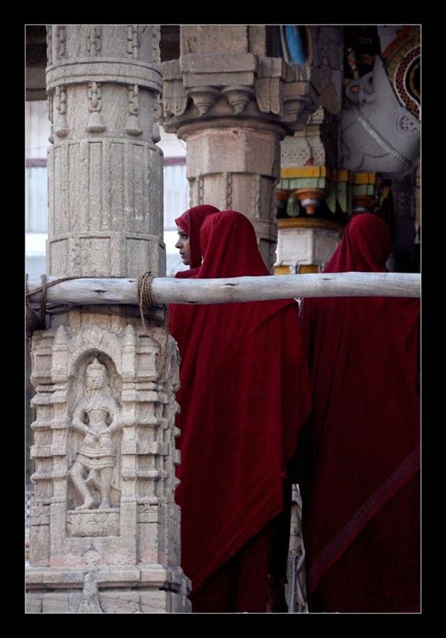 #curious #distract #prayers #temple #pillar #restoration #traditonal #culture
